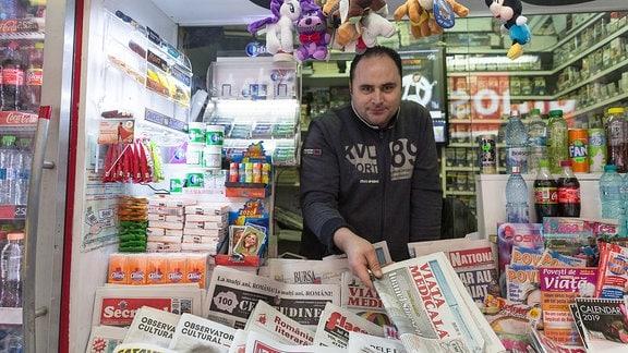 Zeitungsverkäufer in der rumänischen Hauptstadt Bukarest