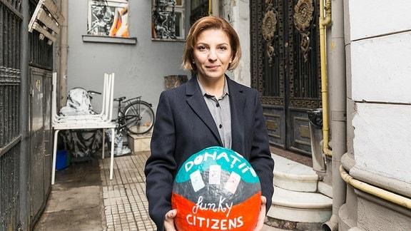 Bukarester NGO-Aktivistin Elena Calistru von Funky Citizens in und vor ihrem Büro