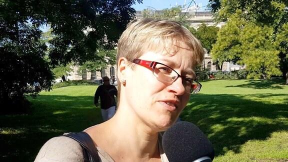 Frau mit Mikrofon