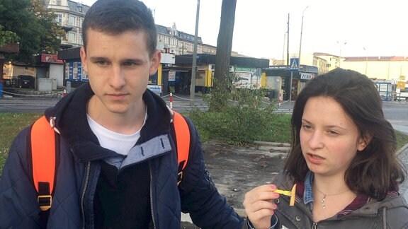 Junger Mann und junge Frau auf Straße