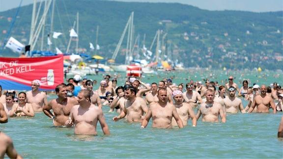 Schwimmer stehen im Balaton