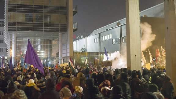 Ungarische Demonstranten am 16. 12. 2018 vor dem öffentlichen Rundfunk MTVA in Budapest