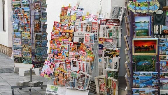 Bild zeigt Zeitschriften und Ansichtskartenverkauf in Bad Heviz.
