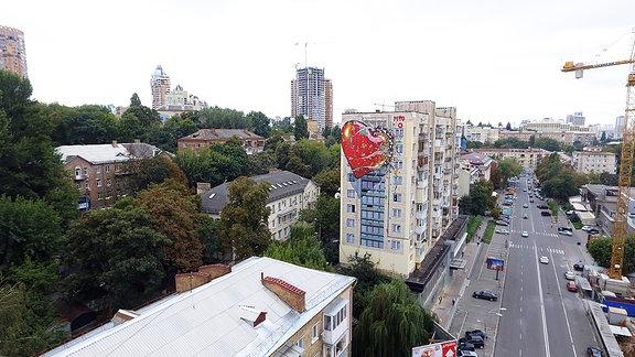 Ein Herzgraffiti an einem Hochhaus.