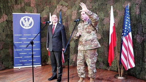 Der polnische Verteidigungsminister Antoni Macierewicz (L) und der Kommandeur der US-Armee in Europa, General Frederick Hodges (R), halten nach ihrem Treffen in der 11. Lubuska-Panzerkavallerie-Division in Zagan, Westpolen, eine Pressekonferenz ab.