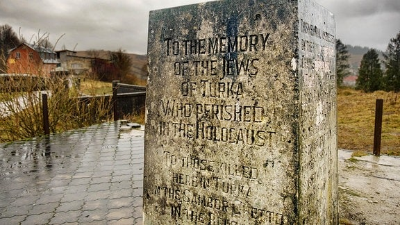 Ein Stein erinnert an die Juden, die im Holocaust umgekommen sind.