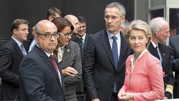 Bundesverteidigungsministerin Ursula von der Leyen steht in Tallinn (Estland) während des Treffens der EU-Verteidigungsminister neben dem portugiesischen Verteidigungsminister Jose Alberto Azeredo Lopes (l-r), der slowenischen Verteidigungsministerin Andreja Katic und dem NATO-Generalsekretär Jens Stoltenberg.