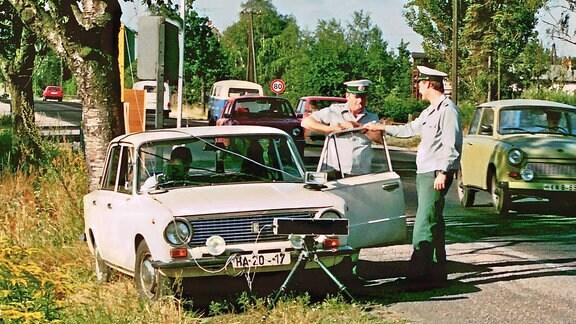 Radarkontrolle der Volkspolizei an einer Straße