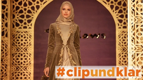 Model präsentiert islamische Mode von Aishat Kadyrow