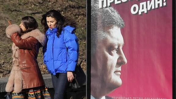 Ein Wahlplakat zeigt Petro Poroschenko