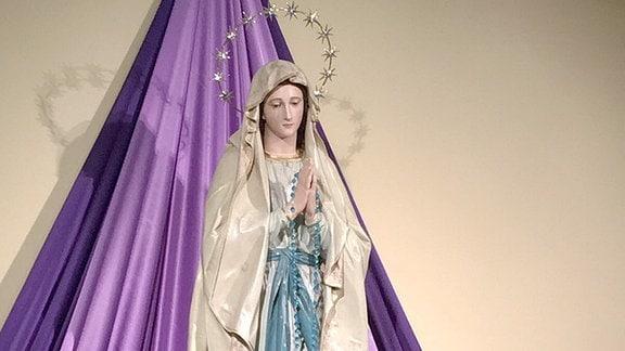 Die Marienstatue in der Kirche von Medjugorje.