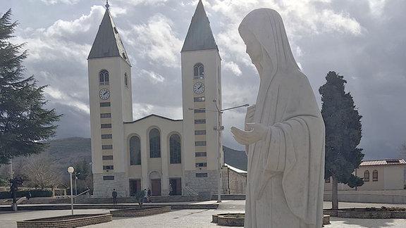 Der Kirchplatz von Medjugorje mit der Darstellung der Madonna.
