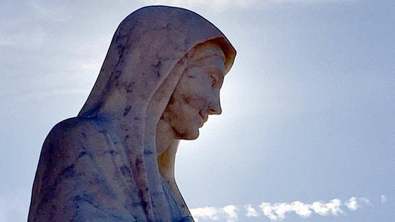 Die Maria von Medjugorje wird mit bewegten Händen dargestellt, ein Symbol dafür, dass sie mit den Menschen spricht.