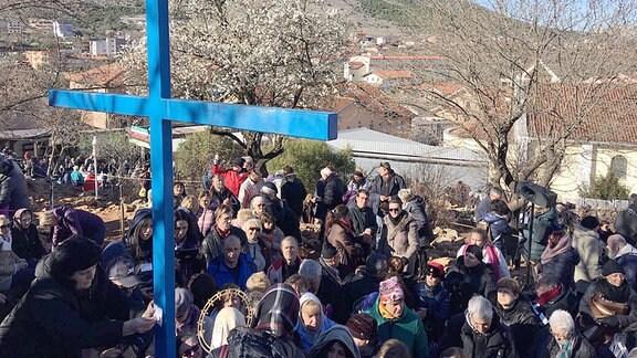 Menschen warten auf die Seherin Mirjana.