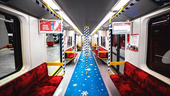 Festlich geschmückte Metrozüge in Warschau