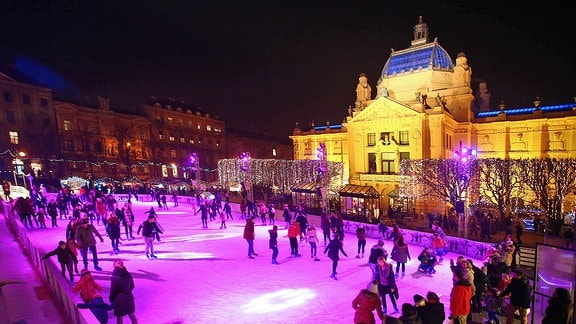 Besucher auf einer künstlischen Eislauffläche auf dem Tomislav Platz in Zagreb