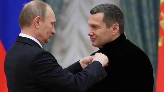 Wladimir Putin verleiht Wladimir Solowjew, 2013, den Orden der Ehre.