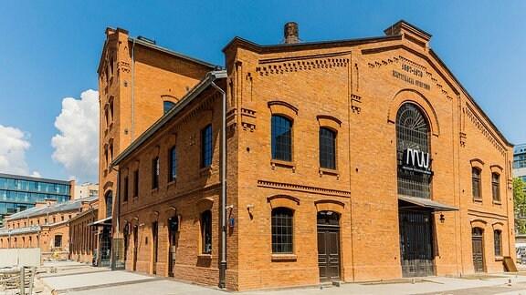 Rote Backstein-Fabrikhalle mit der Aufschrift: 'Museum des polnischen Wodkas'.