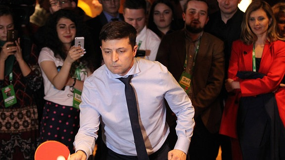 Ein Mann spielt Tischtennis.