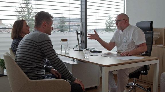 Nadine und Falk im Gespräch mit Arzt Dr. Frgala