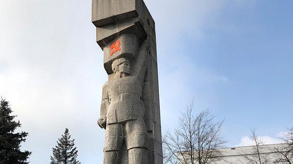 Denkmäler mit Hammer und Sichel sind eigentlich verboten in Polen. Doch dieses Denkmal in Olsztyn steht sogar unter Denkmalschutz.