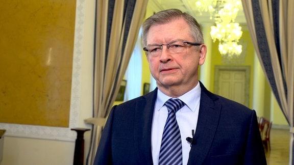 Der russische Botschafter in Polen, Sergej Andrejew, sieht es als Beleidigung an, dass nun alle sowjetischen Denkmäler aus dem Straßenbild Polens verschwinden sollen.
