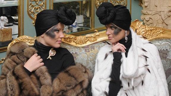 Models posieren in Pelzen von Helen Yarmak