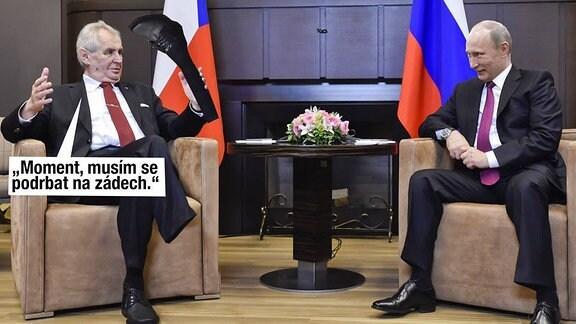 """Persiflage auf Milos Zemans Besuch bei Putin. Zeman sitzt ohne seinen rechten Unterschenkel im Sessel und hält das Stück Bein in der Hand. Eingeblendet ist der Satz """" Moment, ich muss mich am Rücken kratzen.""""."""