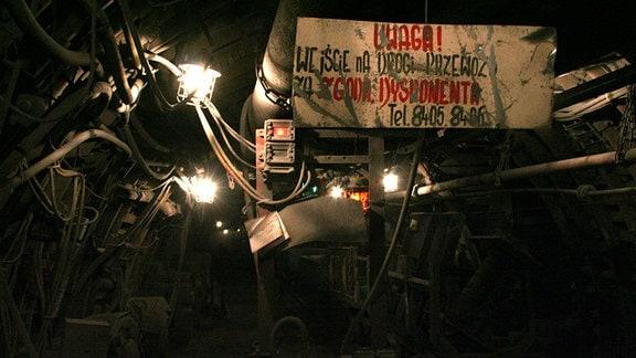 Polnisches Warnschild in einem Bergbauschacht.