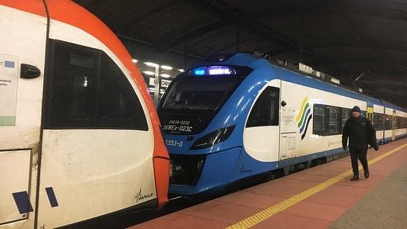 Ein Zug im Bahnhof
