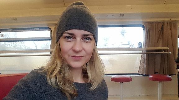 Eine Frau in einem Zug