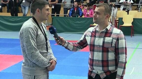 zwei Männer führen ein Interview