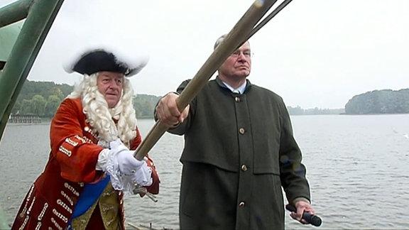 Männer in Kostümen beim Abfischen