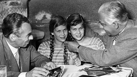 (L-r) Schriftsteller Erich Kästner, Isa und Jutta Günther und Regisseur Josef von Bakyam 13.07.1950 in München.