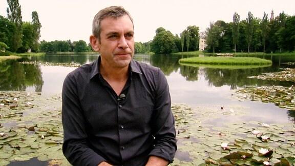 Wladimir Kaminer sitzt auf einem Boot und spricht über Das Gartenreich Dessau-Wörlitz