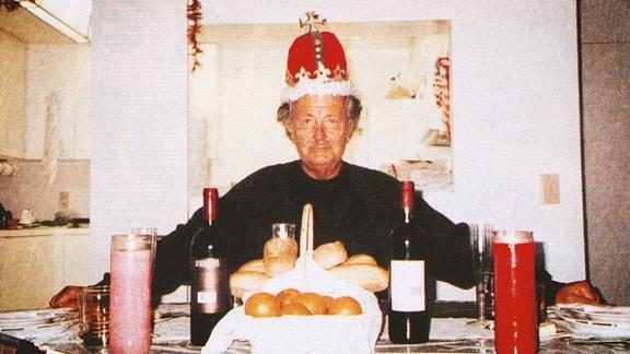 Ein privatfoto aus dem Archiv. Darauf ist Jürgen Schneider am Küchentisch mit einer Krone zusehen.