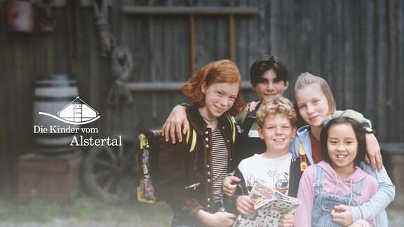 Die Kinder vom Alstertal stehen vor einer alten Scheune