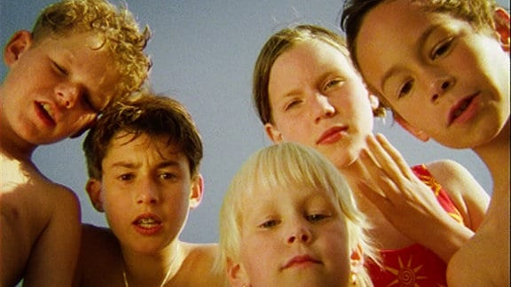Eine Gruppe Kinder schaut gespannt in die Kamera