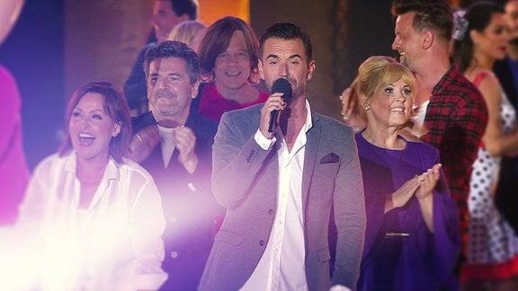 Florian Silbereisen steht zusammen mit vielen anderen Stars auf einer Bühne