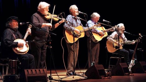 The Dubliners, Band aus Irland, l-r: Barney MacKenna , John Sheahan , Sean Cannon , Paddy Reilly und Eamonn Campbell während eines Konzertes