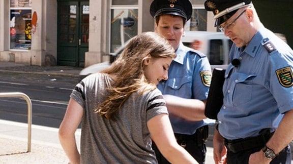 Polizeihauptmeisterin Sibylle Möser und Hauptkommissar Holger Schmid sorgen als Bürgerpolizisten in der leipziger Eisenbahnstraße für mehr Sicherheit.