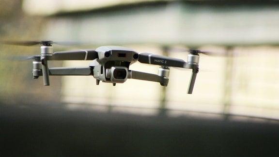 Nahaufnahme einer fliegenden Drohne