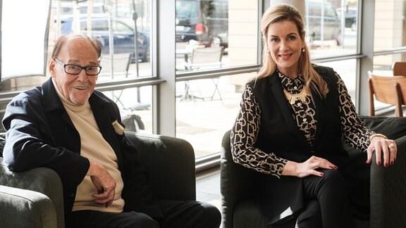 Herbert Köfer mit Alexa Maria Surholt am Set von In aller Freundschaft