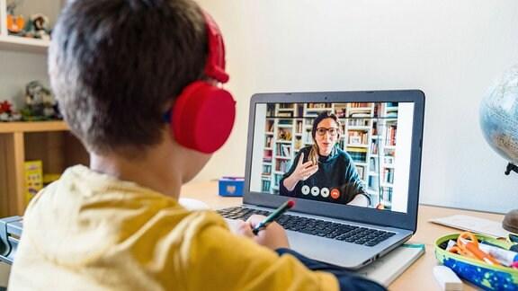 Lehrer unterrichtet per Videoanruf an Schüler während Quarantäne.