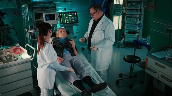 Eien ältere Dame wird in der Notaufnahme von einer Krankenschwester und einem Pfleger untersucht