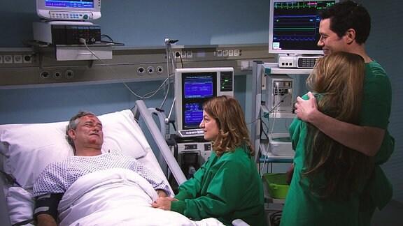 Nach einer erfolgreichen Operation wird ein Patient von seinen Angehörigen besucht