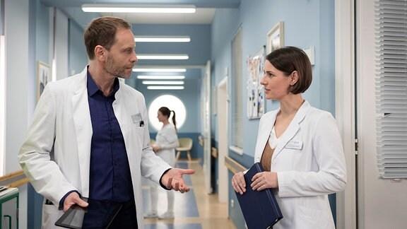 Dr. Kai Hoffmann (Julian Weigend) versucht, sich aus der entstehenden Freundschaft seiner Freundin Dr. Maria Weber (Annett Renneberg) und seiner Ex-Frau Dr. Ina Schulte herauszuhalten.
