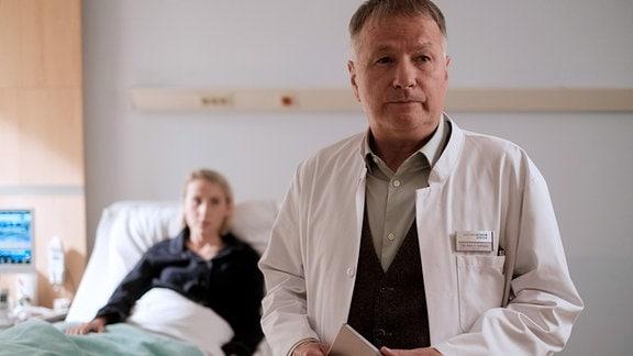 Manuela Hartwig (Mareike Beykirch) und Dr. Roland Heilmann (Thomas Rühmann)