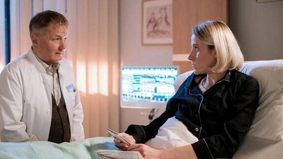 Dr. Roland Heilmann (Thomas Rühmann) und Manuela Hartwig (Mareike Beykirch)