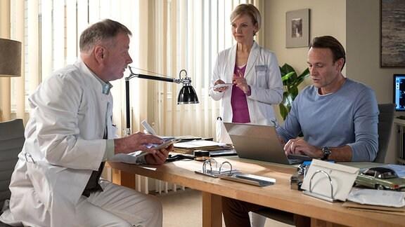 Dr. Roland Heilmann (Thomas Rühmann), Dr. Kathrin Globisch (Andrea Kathrin Loewig) und Dr. Martin Stein (Bernhard Bettermann)